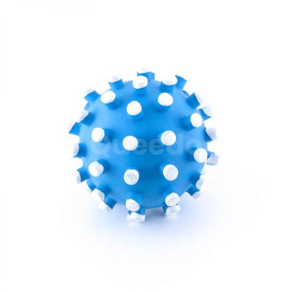 Pískajúca hračka pre psa lopta modrá s bielymi pichliačmi