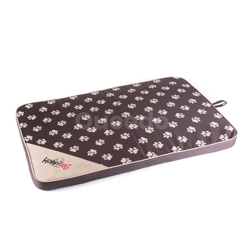 Praktický tmavohnedý matrac pre psa Light labky