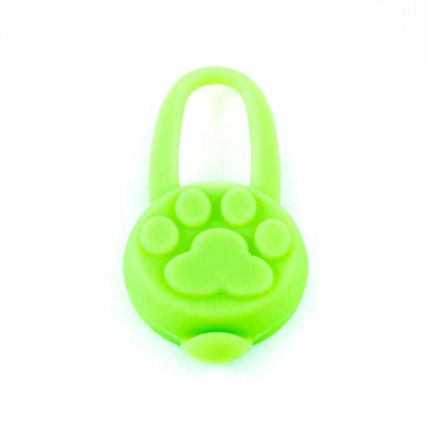 Kvalitný svietiaci prívesok pre mačku silikónový zelený Queedo