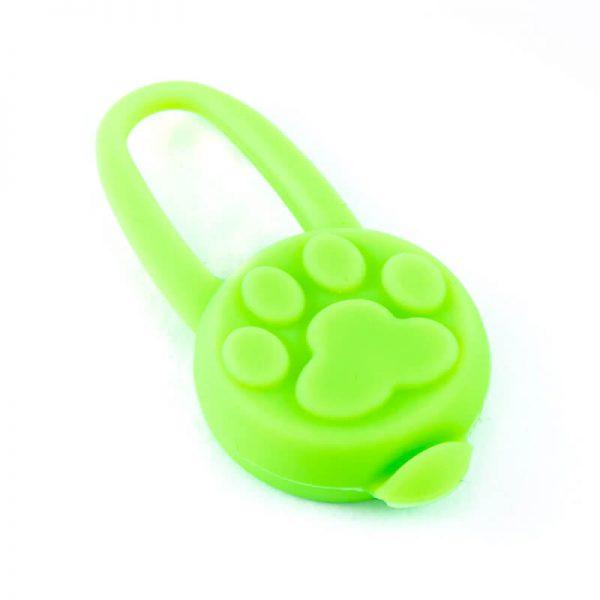 Praktický svietiaci prívesok na obojok pre mačku zelený Queedo