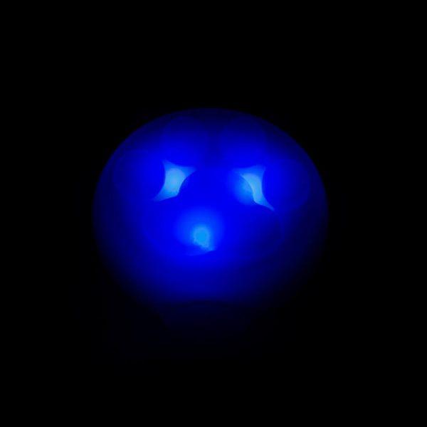 Praktický a kvalitný svietiaci prívesok pre mačku v tme modrý Queedo