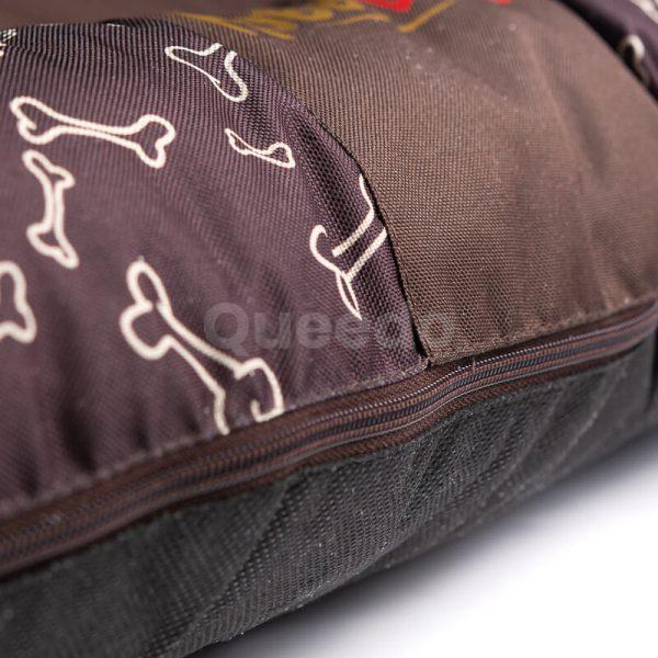Hnedý vankúš pre psa kostičky Prestige detail Queedo